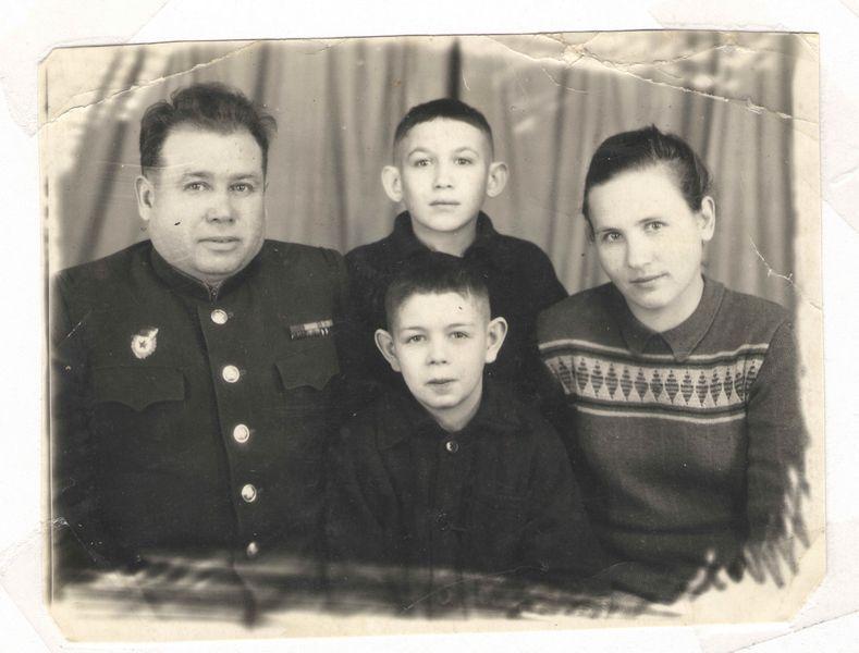 Эдуард Ханок с родителями и братом